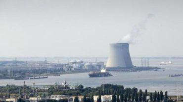 Une pétition contre le redémarrage des réacteurs de Doel et Tihange remise à Jan Jambon