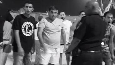 Sur le t-shirt de ce militant d'extrême-droite israélien (à gauche) le logo 'Good night left side', habituellement porté par des groupes néonazis