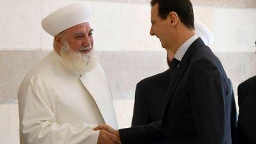 Photo diffusée par l'agence syrienne Sana le 20 mai 2019 du mufti de la province de Damas, Adnane al-Afyouni (g) et du président syrien Bachar al-Assad à Damas