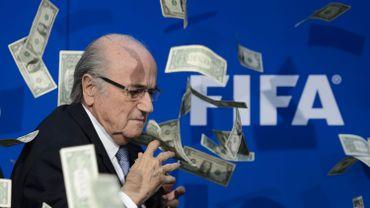 Les (faux) dollars pleuvent sur Blatter