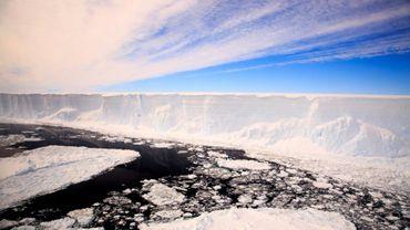 Cette photo prise le 22 novembre 2017 montre l'iceberg A68, qui s'est détaché de la plateforme glaciaire Larsen C en juillet 2017 dans l'Antarctique. AFP PHOTO / BRITISH ANTARCTIC SURVEY / ALI ROSE