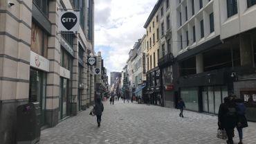 A côté des immeubles inoccupés, ceux dont les étages vides sur un rez commercial occupé sont eux aussi encore trop nombreux, comme ici à la rue Neuve.