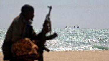 Photo du 7 janvier 2012 montrant un pirate somalien alors qu'au large mouille un bâteau grec, retenu en otage