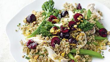 Salade de poulet, brocoli, quinoa et cerises.