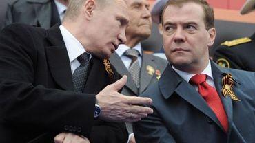Vladimir Poutine (G) et Dmitri Medvedev (D)