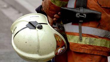 Plusieurs pompiers restent présents afin de prévenir une éventuelle reprise du feu (illustration).