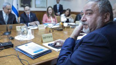 Avigdor Liberman, en face de Benjamin Netanyahou, lors d'une réunion du gouvernement israélien en 2018. Aujourd'hui, l'ancien ministre de la Défense bloque la formation d'une nouvelle coalition.