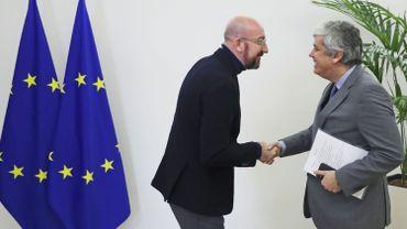 Le président du Conseil européen Charles Michel (à gauche) serre la main du président de l'Eurogroupe Mario Centeno avant leur rencontre au bâtiment Europa à Bruxelles le 20 janvier 2020.