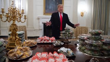 Donald Trump devant un buffet de fast-food lors d'une cérémonie en l'honneur des champions nationaux des séries éliminatoires de football universitaire de 2018, le 14 janvier 2019 à la Maison-Blanche.