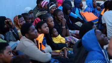 Des migrants secourus par des gardes-côtes libyens, le 26 mai 2017 à Tripoli