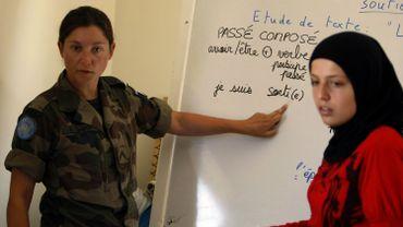Une militaire française donnant des cours de français durant l'intervention au Liban de l'ONU en 2006