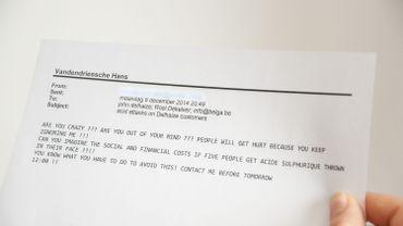 Delhaize a reçu des menaces d'attaques à l'acide, une femme a été blessée. Voici une photo de l'impression d'une des lettres de menaces transmises à Belga.
