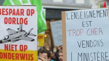 Des pancartes lors d'une manifestation contre le coût des études supérieures en novembre 2014.