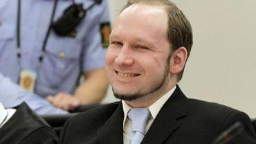 L'extrémiste de droite Anders Behring Breivk sourit lors de son procès, le 21 juin 2012 à Oslo
