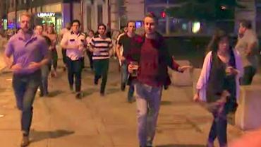 """Pas de militaires en rue: les Londoniens continuent à vivre et démontrent leur fameux """"flegme britannique"""""""