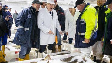 Le Premier ministre britannique Boris Johnson dans un marché aux poissons écossais en 2019