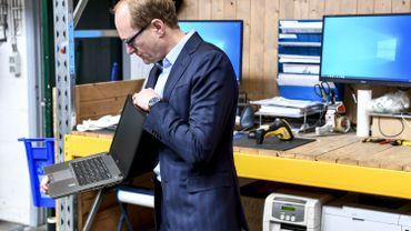 Ben Weyts, le ministre flamand de l'enseignement, et un ordinateur reconditionné, à Malines, le 25 mars dernier