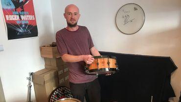Gielis Cautaers avec ses instruments construits de ses propres mains