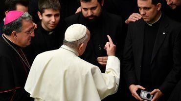 Le pape François parle avec des séminaristes à l'issue de son audience générale hebdomadaire, le 20 février 2019 au Vatican