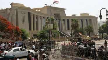Des policiers devant le bâtiment de la Haute cour constitutionnelle qui doit prendre une décision sur l'éligibilité des piliers de l'ère Moubarak, le 14 juin 2012 au Caire