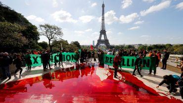 Des membres du mouvement Extinction Rebellion à aussi nettoyer les marches du Trocadéro
