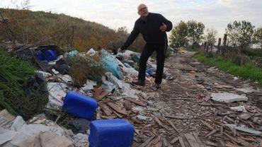"""Démonstration de l'ampleur des dégâts sur la """"terra dei fuochi"""" (terre de feux), avec un activiste écologiste"""