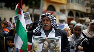 """Un Palestinien tient la photo de Marwan Barghouthi, leader de la deuxième intifada condamné à la perpétuité, lors de la """"Journée des prisonniers"""", le 16 avril 2015 à Gaza"""