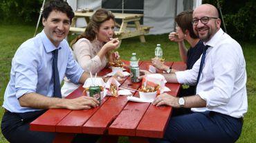 Avant cet entretien, Charles Michel et Justin Trudeau avaient pris le temps de partager une poutine en compagnie d'Amélie Derbaudrenghien, compagne du Premier ministre belge, et la Première dame canadienne, Sophie Grégoire.