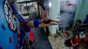 """Le """"climbing yoga""""se pratique au sommet d'un mur d'escalade, idée venue à l'esprit d'une professeure de yoga en Birmanie."""