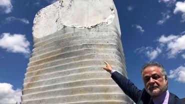 Michele Cicora pointe le nom de son père Francesco sur la stèle commémorative du Bois du Cazier