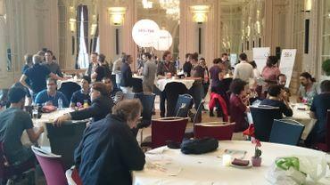 La salle de bal de l'hôtel Crowne Plaza de Liège grouille de créativité ce dimanche 19 juillet.