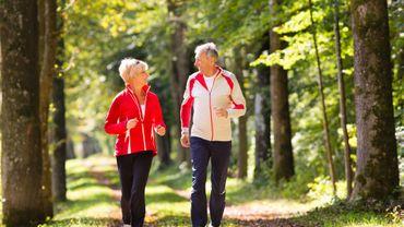Pour prévenir la fonte osseuse, la marche est un très bon compromis pour celles qui doivent éviter les sports à impact tout en travaillant le cardio.