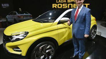 Le directeur général d'Avtovaz, Nicolas Maure, devant une Lada Xcode au salon automobile de Moscou le 24 août 2016.