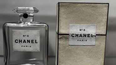 En 1921, Gabrielle Chanel, qui casse les codes du vestiaire féminin, arrive avec un parfum tout aussi révolutionnaire.
