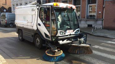 Inondations: Dison nettoie et déblaie ses rues avec l'aide de l'armée
