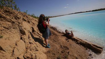 """Un lac artificiel pollué aux couleurs rappelant celles d'un paradis tropical est récemment devenu un aimant pour des visiteurs à la recherche du selfie parfait dans les """"Maldives"""" sibériennes."""