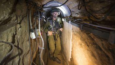 Un soldat israélien dans un tunnel reliant Gaza à Israël