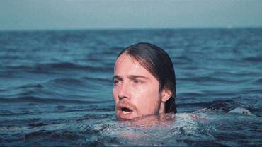 Clip: Julien Doré tombe du bateau et croise une femme nue sous l'eau
