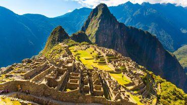 Avant l'apogée de l'empire inca (1400-1532 environ), connu entre autres pour la cité du Machu Picchu, le Pérou a abrité nombre de civilisations dont Caral, Chavin, Wari et Chimu.