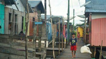 Un garçonnet à Carauari, une ville au coeur de la forêt amazonienne, au Brésil, le 16 mars 2020