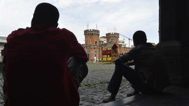 """Bénédicte va chercher les invités au centre d'accueil pour demandeurs d'asile: """"On va au petit château, et si j'ai bien vu ils nous attendent à l'entrée""""."""