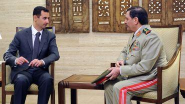 Au lendemain de l'attentat qui a coûté la vie au ministre de la Défense du régime, Bachar al-Assad a nommé son successeur lors d'une cérémonie dont la télévision syrienne a montré les images.