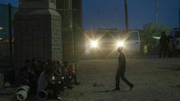 Des migrants en attente d'être pris en charge à El Paso, aux Etats-Unis, le 31 mai 2019