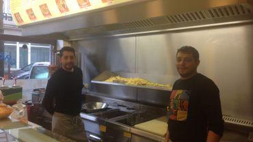 Les deux gérants de l'un des premiers snacks turcs à Bruxelles