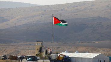 Image prise le 10 novembre 2019 côté israélien de la frontière jordanienne montrant des soldats jordaniens hissant le drapeau de leur pays dans le secteur de Naharayim/Baqoura qu'Amman vient de récupérer après avoir prêté ces terres agricoles à Israël pendant 25 ans dans le cadre d'un accord de paix.