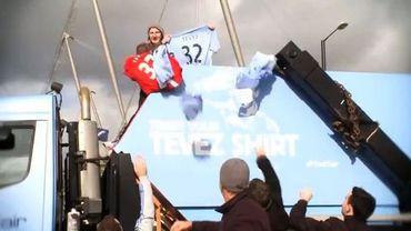 Les supporters jetent leur maillot de Tevez