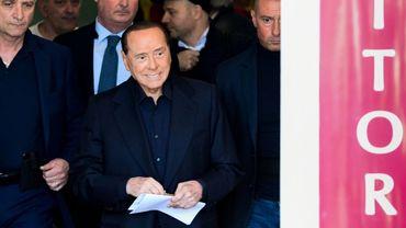 L'ex-chef du gouvernement italien Silvio Berlusconi quitte l'hôpital San Raffaele de Milan, le 6 mai 2019