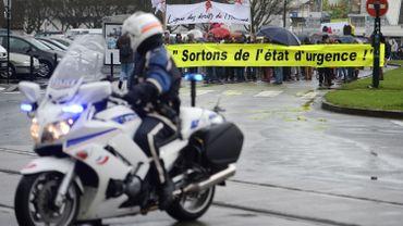 """Manifestation en France contre l'état d'urgence. Pour Amnesty International, les États, dont la France, """"ont recours à des mesures d'exception qui menacent les droits fondamentaux."""