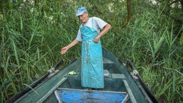 Iosif Acsente, prépare son filet de pêche, près du village de Sfantu Gheorghe, à l'embouchure du Danube le 17 juin 2020.