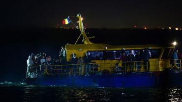 Un navette transportant des migrants entre dans le port de Midia en Roumanie sur la côte de la mer Noire, près de la ville de Navodari le 13 septembre 2017